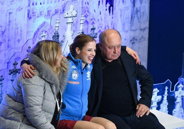 Каролина Костнер (в центре) и тренер Алексей Мишин