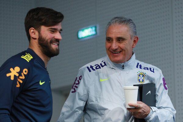 Вратарь сборной Бразилии Алиссон Бекер Рамсес (слева) и главный тренер сборной Бразилии Тите