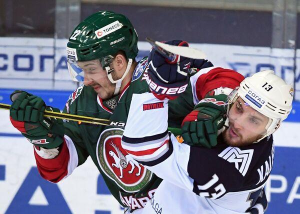 Форвард Ак Барса Станислав Галиев (слева) и нападающий Металлурга Владислав Калетник