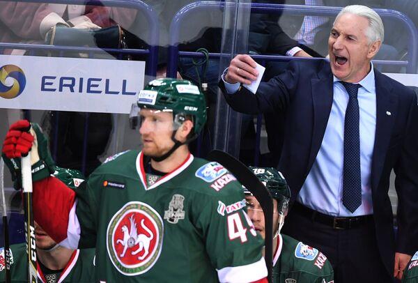 Главный тренер Ак Барса Зинэтула Билялетдинов (справа)