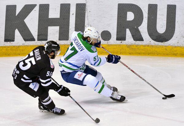 Защитник ХК Трактор Ник Бэйлен (слева) и защитник ХК Салават Юлаев Максим Гончаров