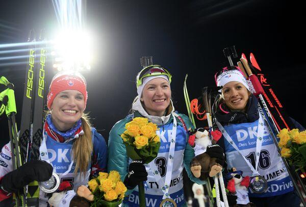 Паулина Фиалкова, Дарья Домрачева и Анаис Шевалье (слева направо)