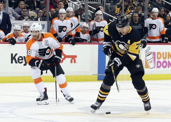Форварды клубов НХЛ Филадельфия Флайерз Клод Жиру и Питтсбург Пингвинз Евгений Малкин (слева направо)