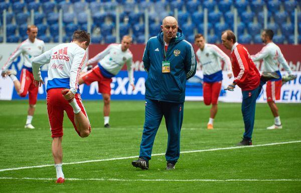 Главный тренер сборной России Станислав Черчесов (в центре)
