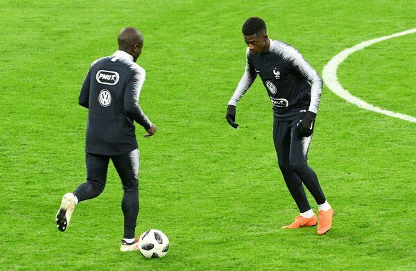 Полузащитник сборной Франции по футболу Усман Дембеле (справа)