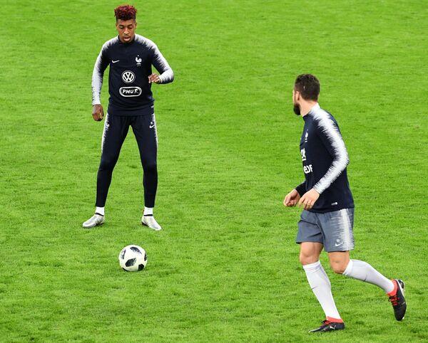 Защитник сборной Франции по футболу Пренель Кимпембе (слева)