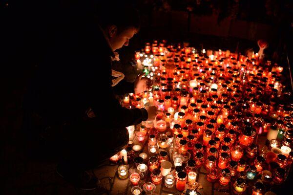 Цветы в память о погибших в Кемерове