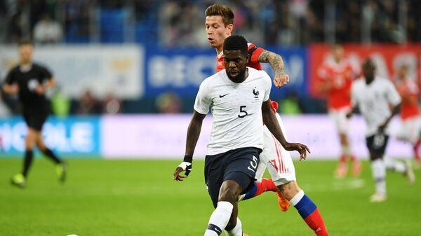 Защитник сборная Франции по футболу Самуэль Юмтити (на переднем плане)