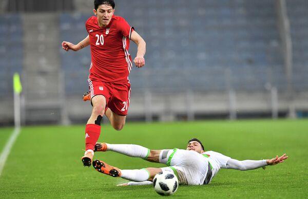 Нападающий сборной Ирана по футболу и казанского Рубина Сердар Азмун (слева)