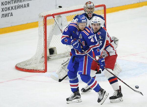 Форвард СКА Евгений Кетов (слева) и защитник ЦСКА Богдан Киселевич