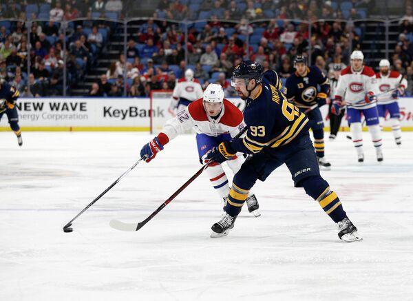 Защитник клуба НХЛ Баффало Сейбрз Виктор Антипин (справа)
