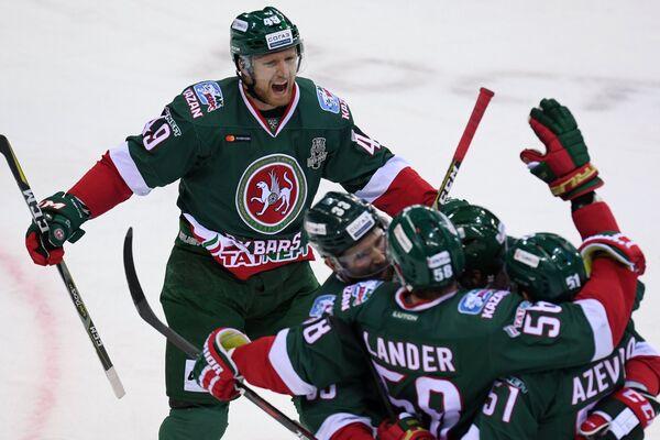 Хоккеисты Ак Барса радуются заброшенной шайбе
