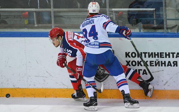 Защитник ЦСКА Богдан Киселевич (слева) и форвард СКА Александр Барабанов