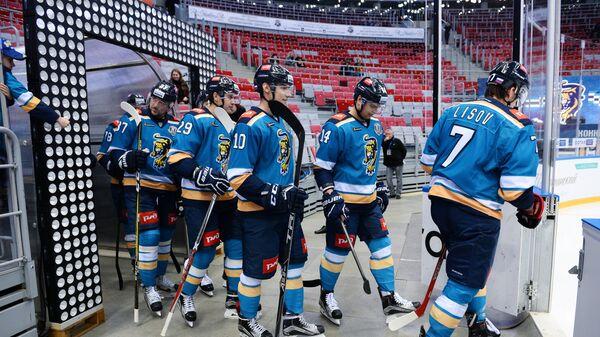 Хоккеисты Сочи Никита Лисов, Вадим Хлопотов, Степан Старков, Александр Акмальдинов и Евгений Лапенков (справа налево)