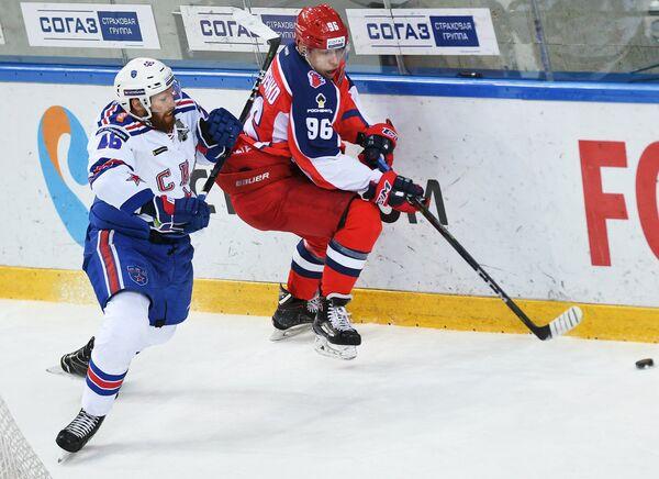 Защитник ХК СКА Владислав Гавриков (слева) и форвард ПХК ЦСКА Андрей Кузьменко