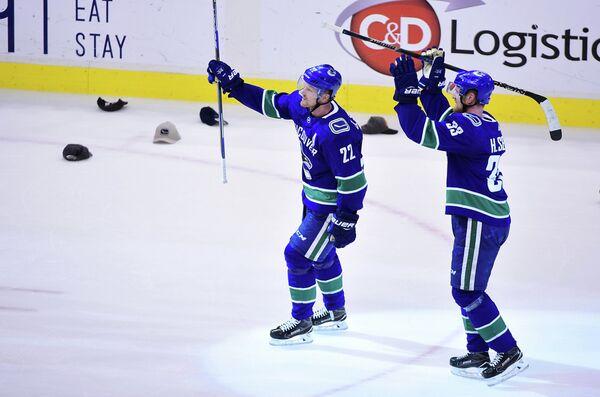 Нападающие клуба НХЛ Ванкувер Кэнакс Даниэль и Хенрик Седины (слева направо)