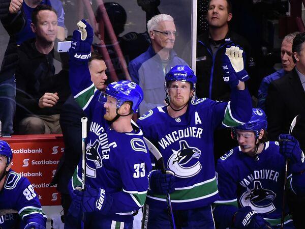 Нападающие клуба НХЛ Ванкувер Кэнакс Хенрик Седин и Даниэль Седин (слева направо)