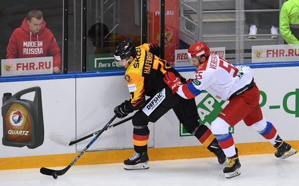 Нападающий сборной Германии Ярослав Хафенрихтер и защитник олимпийской сборной России Иван Верещагин (слева направо)