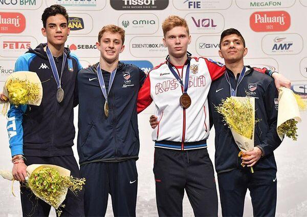 Григорий Семенюк (второй справа)