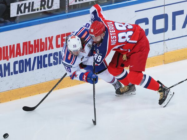 Защитник ЦСКА Никита Нестеров (справа) и форвард СКА Виктор Тихонов