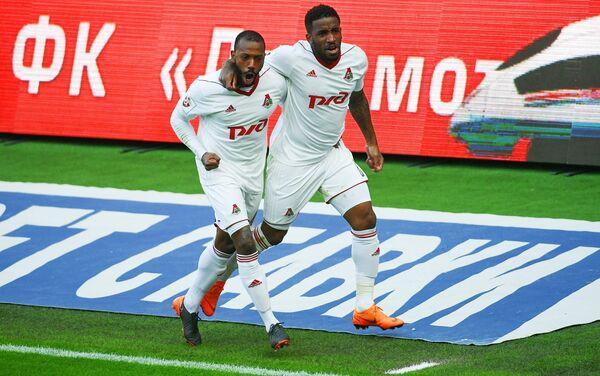 Игроки ФК Локомотив Мануэл Фернандеш (слева) и Джефферсон Фарфан