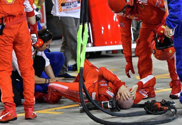 Механик, на которого наехал пилот Феррари Кими Райкконен во время пит-стопа на Гран-при Бахрейна