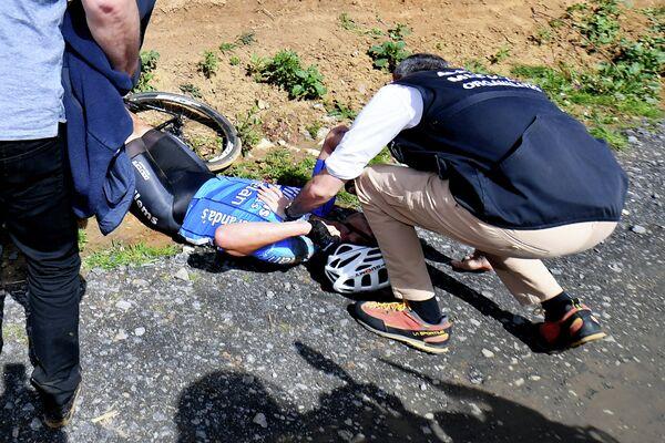 Велогонщику Михаэлу Голартсу оказывают помощь