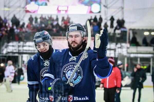 Защитник Динамо (Минск) Денис Осипов (справа)