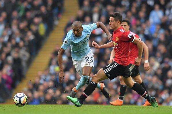 Полузащитник Манчестер Юнайтед Андер Эррера (справа) и хавбек Манчестер Сити Фернандиньо