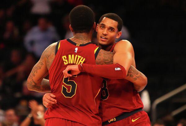 Баскетболисты Кливленд Кавальерс Джордан Кларксон (справа) и Джей Ар Смит