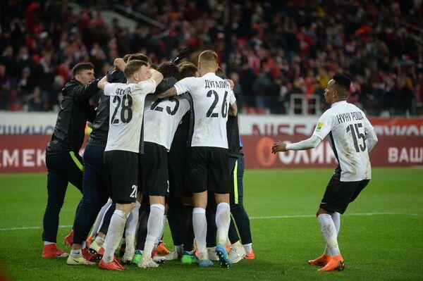 Футболисты Тосно радуются победе