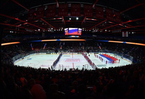 Хоккеисты сборных России и Швеции