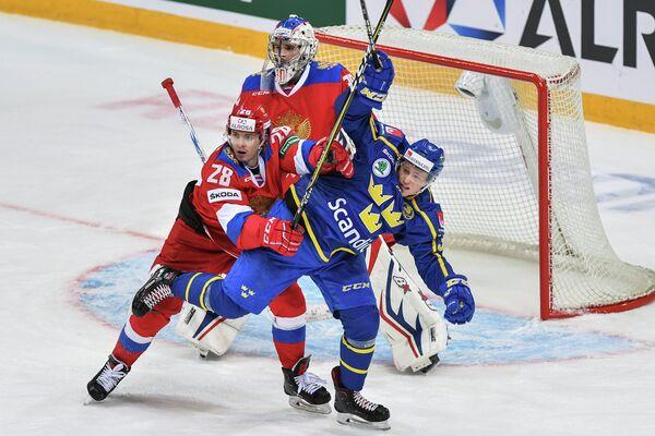 Нападающий сборной России Алексей Бывальцев (слева)