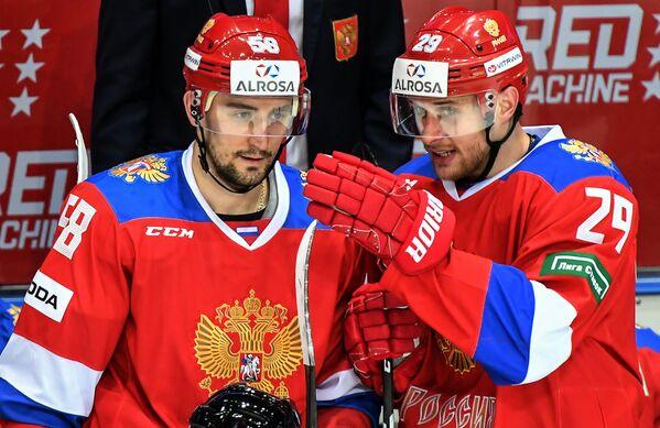 Нападающие сборной России Антон Слепышев и Илья Каблуков (справа)