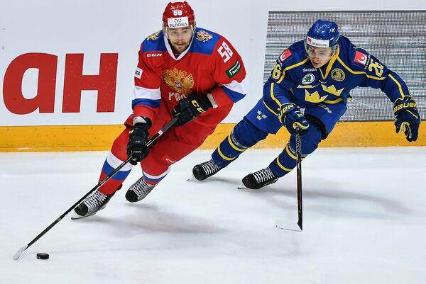 Защитник сборной Швеции Эрик Бреннстрем и нападающий сборной России Антон Слепышев (слева)