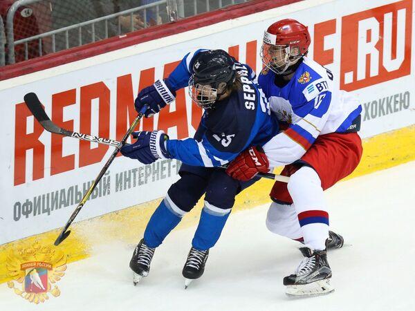 Игровой момент матча ЮЧМ между сборными Финляндии и России