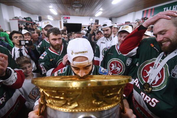 Хоккеисты Ак Барса в раздевалке пьют шампанское