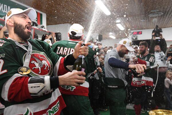 Хоккеисты Ак Барса в раздевалке обливаются шампанским