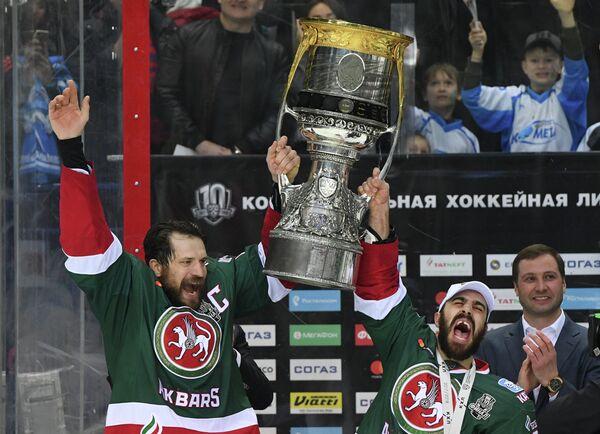 Хоккеисты Ак Барса Джастин Азеведо (справа) и Александр Свитов радуются победе