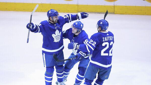 Хоккеисты Торонто Мейпл Лифс Никита Зайцев, Митчелл Марнер и Томаш Плеканец (справа налево)