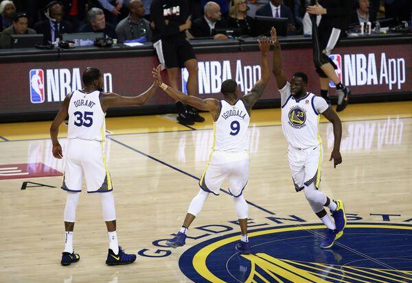 Баскетболисты Голден Стэйт Уорриорз Кевин Дюрэнт, Андре Игудала и Дрэймонд Грин (слева направо)