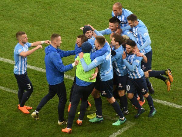 Футболисты Крыльев Советов радуются забитому голу