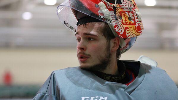 Вратарь сборной России по хоккею Игорь Шестеркин на тренировке