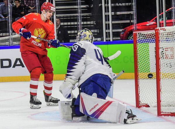 Форвард сборной России по хоккею Павел Бучневич и голкипер сборной Франции Флорьян Арди (слева направо)