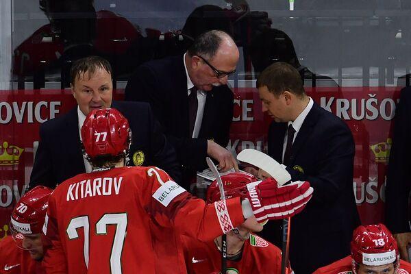 Главный тренер сборной Белоруссии Дэйв Льюис (в центре)