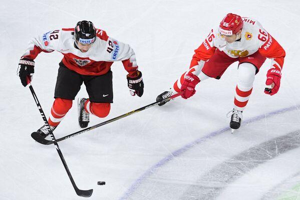 Защитник сборной Австрии Лейн Вивайрос (слева) и нападающий сборной России Илья Михеев