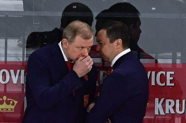 Старший тренер сборной России Алексей Жамнов (слева) и исполняющий обязанности главного тренера сборной России Илья Воробьев