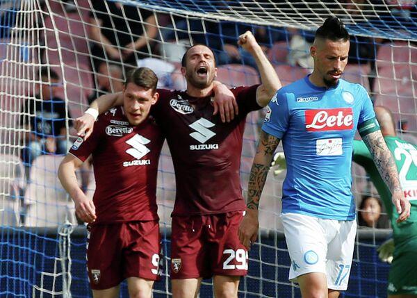 Футболисты Торино радуются забитому мячу в ворота Наполи