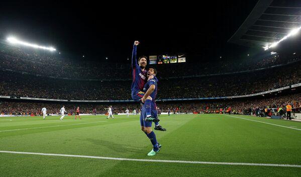 Футболисты Барселоны Лионель Месси и Луис Суарес (слева направо)