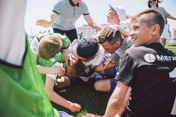 Футболисты и тренер команды Содействие после победы